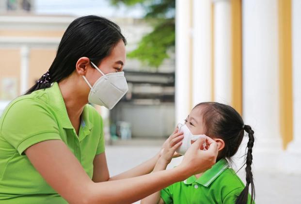 Đeo khẩu trang bảo vệ sức khỏe