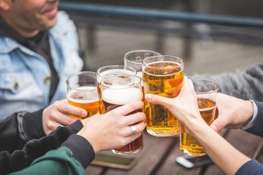 Uống bia giúp tăng cường giao lưu các mối quan hệ