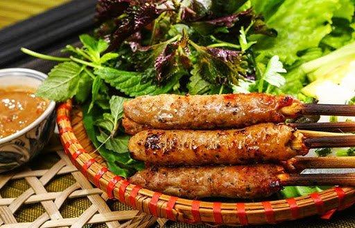 Nem nướng là món ăn vặt ưa thích của nhiều người